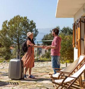 mniejsze wydatki na marketing w Airbnb, zmniejszanie wydatkow na marketing, marketing jako koszt